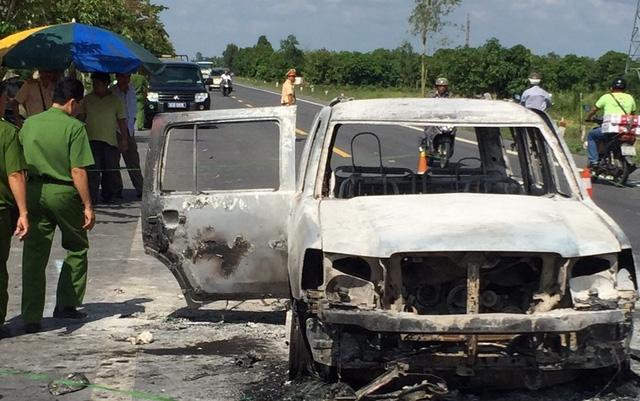 Bị cướp tiền, đốt xe giữa đêm, vợ chồng giám đốc nguy kịch - Ảnh 1.