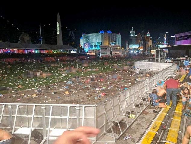 Hangc chục thi thể nằm rải rác trong khuôn viên biểu diễn âm nhạc sau vụ xả súng. (Ảnh: Dailymail)