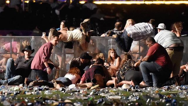 Đám đông bỏ chạy hỗn loạn khi tiếng súng bắt đầu vang lên. (Ảnh: Getty)