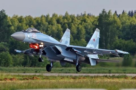 F-16 Falcon du suc dau tay doi voi Su-35