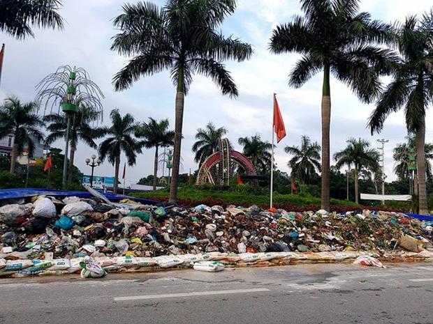 Hà Nội: Nhiều núi rác khổng lồ xuất hiện tại thị xã Sơn Tây khiến người dân sợ hãi - Ảnh 1.
