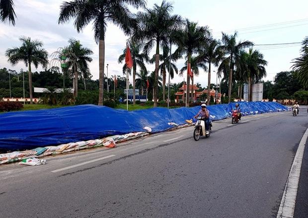 Hà Nội: Nhiều núi rác khổng lồ xuất hiện tại thị xã Sơn Tây khiến người dân sợ hãi - Ảnh 2.