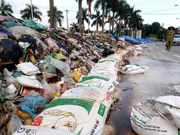 Hà Nội: Nhiều núi rác khổng lồ xuất hiện tại thị xã Sơn Tây khiến người dân sợ hãi - Ảnh 3.