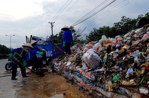 Hà Nội: Nhiều núi rác khổng lồ xuất hiện tại thị xã Sơn Tây khiến người dân sợ hãi - Ảnh 4.