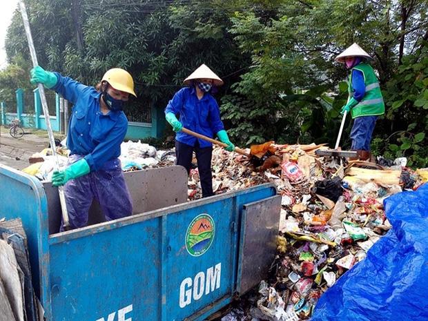 Hà Nội: Nhiều núi rác khổng lồ xuất hiện tại thị xã Sơn Tây khiến người dân sợ hãi - Ảnh 7.