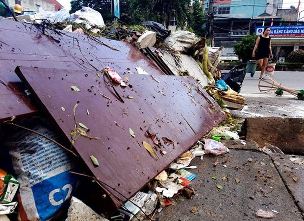 Hà Nội: Nhiều núi rác khổng lồ xuất hiện tại thị xã Sơn Tây khiến người dân sợ hãi - Ảnh 8.