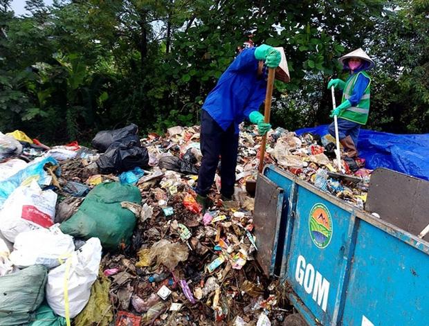 Hà Nội: Nhiều núi rác khổng lồ xuất hiện tại thị xã Sơn Tây khiến người dân sợ hãi - Ảnh 9.