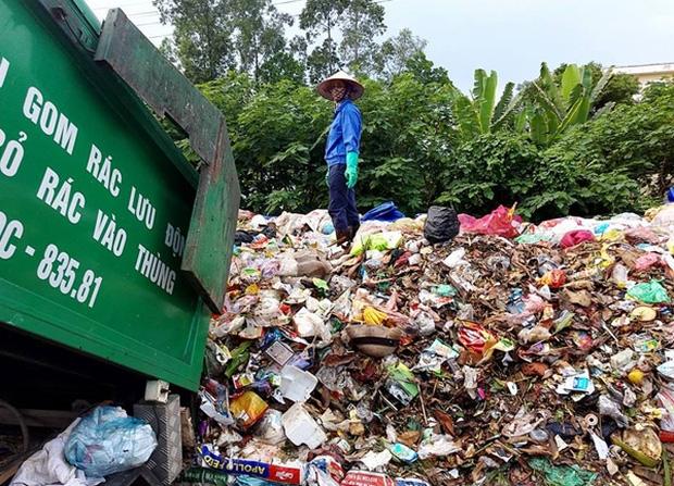 Hà Nội: Nhiều núi rác khổng lồ xuất hiện tại thị xã Sơn Tây khiến người dân sợ hãi - Ảnh 10.