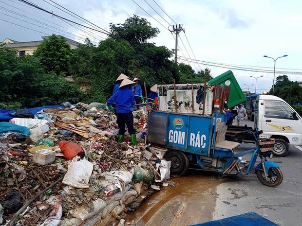 Hà Nội: Nhiều núi rác khổng lồ xuất hiện tại thị xã Sơn Tây khiến người dân sợ hãi - Ảnh 11.
