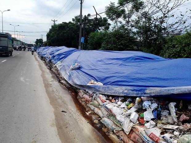 Hà Nội: Nhiều núi rác khổng lồ xuất hiện tại thị xã Sơn Tây khiến người dân sợ hãi - Ảnh 12.
