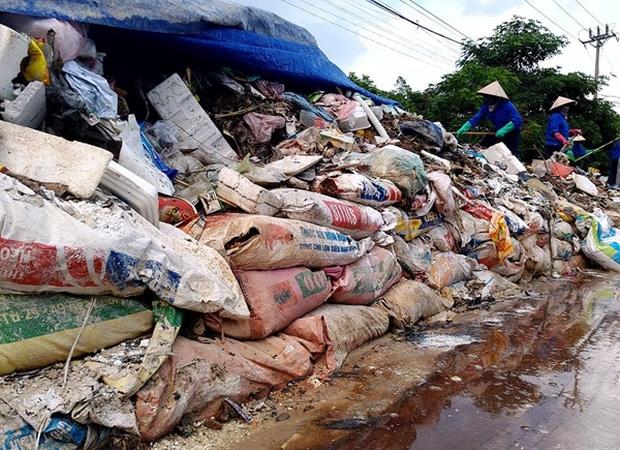Hà Nội: Nhiều núi rác khổng lồ xuất hiện tại thị xã Sơn Tây khiến người dân sợ hãi - Ảnh 13.