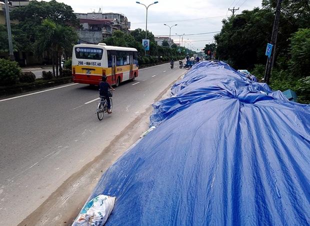 Hà Nội: Nhiều núi rác khổng lồ xuất hiện tại thị xã Sơn Tây khiến người dân sợ hãi - Ảnh 14.