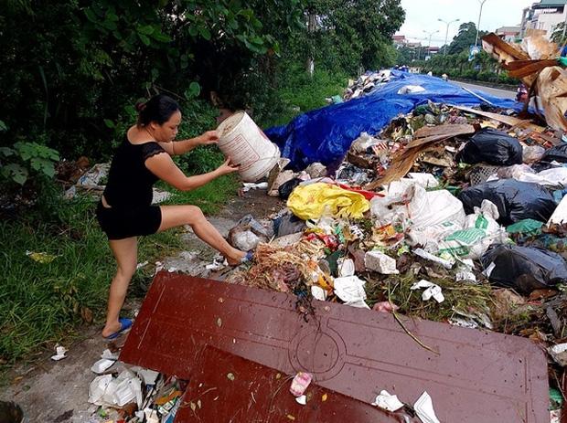 Hà Nội: Nhiều núi rác khổng lồ xuất hiện tại thị xã Sơn Tây khiến người dân sợ hãi - Ảnh 15.