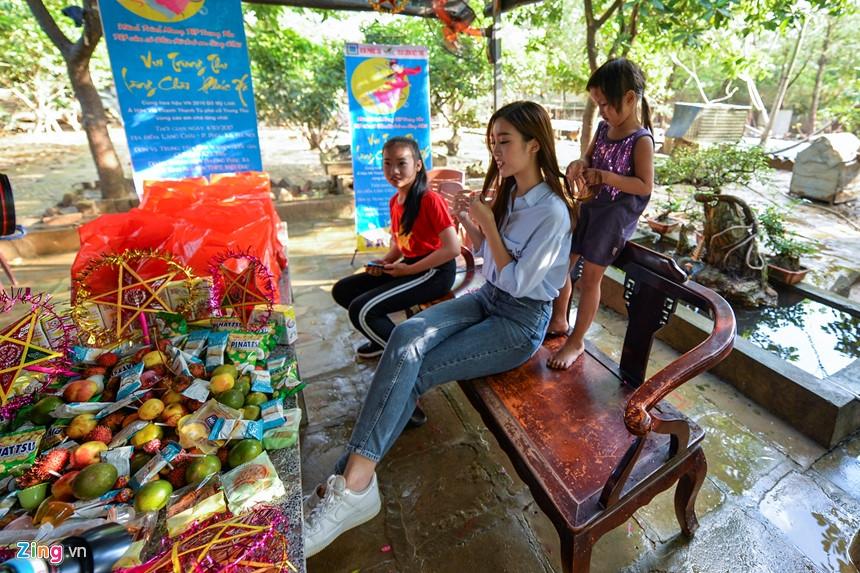 Hoa hau Do My Linh lan loi toi lang chai phat qua Trung thu hinh anh 3