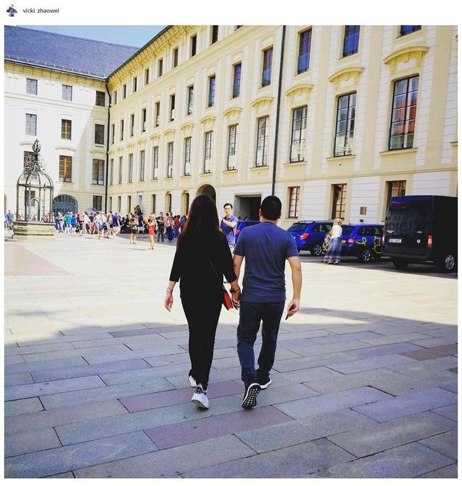 Kết hôn gần 10 năm, Triệu Vy và ông xã đại gia vẫn nắm tay lãng mạn thế này - Ảnh 1.