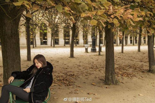 Kết hôn gần 10 năm, Triệu Vy và ông xã đại gia vẫn nắm tay lãng mạn thế này - Ảnh 2.