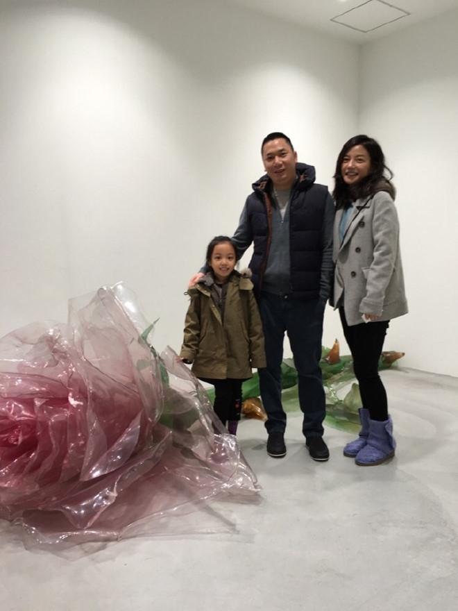 Kết hôn gần 10 năm, Triệu Vy và ông xã đại gia vẫn nắm tay lãng mạn thế này - Ảnh 4.