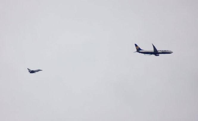 Một chiếc chiến đấu cơ hộ tống máy bay Ryanair (phải) /// Chụp màn hình The Mirror