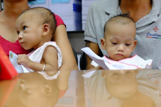 Ngắm vẻ đáng yêu của hai bé gái sinh đôi dính nhau vùng cùng cụt ngày xuất viện - Ảnh 10.