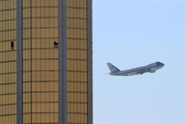 Chuyên cơ Không Lực Một chở nhà lãnh đạo Mỹ và phu nhân bay qua khách sạn Mandalay Bay với 2 vết kính vỡ trên tầng 32 - nơi tay súng Stephen Paddock thực hiện vụ tấn công nhằm vào đám đông khán giả tham dự lễ hội âm nhạc tại Las Vegas. (Ảnh: Reuters)