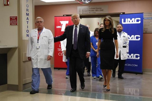 Tổng thống Trump và phu nhân đã gặp các nạn nhân bị thương trong vụ xả súng vào tối 1/10 và trò chuyện với các y bác sĩ tại Trung tâm Y tế Đại học Las Vegas (UMC). (Ảnh: Reuters)