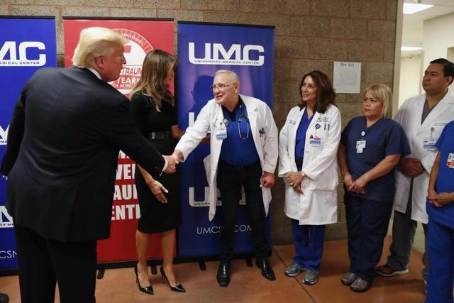 Tổng thống Trump ca ngợi các nhân viên y tế, cảnh sát và cả các nạn nhân - những người đã quay lại hiện trường vụ xả súng để giúp đỡ những nạn nhân khác dù bản thân họ cũng đang bị thương. (Ảnh: Reuters)