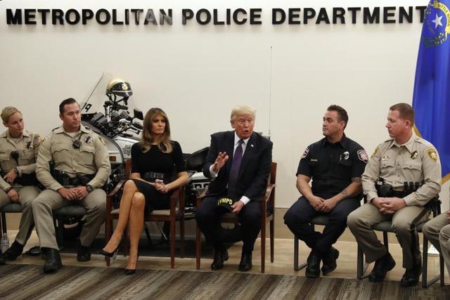 Trong chuyến đi tới Las Vegas, Tổng thống Trump và phu nhân cũng tới trụ sở của Sở Cảnh sát Las Vegas, gặp gỡ các cảnh sát và lực lượng phản ứng khẩn cấp tại đây. (Ảnh: Reuters)