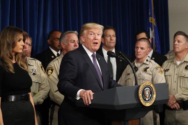 Ông Trump đã ca ngợi sự dũng cảm và kịp thời của lực lượng cảnh sát trong việc ứng phó với vụ xả súng tại lễ hội âm nhạc. Nhà lãnh đạo Mỹ gọi họ là những người hùng. (Ảnh: Reuters)
