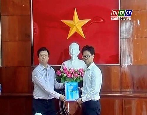 Ông Vũ Minh Hoàng nhận quyết định bổ nhiệm  Phó giám đốc Trung tâm xúc tiến đầu tư - thương mại và hội chợ triển lãm Cần Thơ  /// Ảnh: THCT
