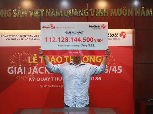Người Đồng Nai trúng độc đắc 112 tỷ giấu mặt nhận tiền thưởng