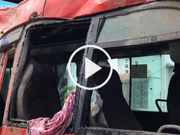 Video: Hơn chục hành khách kêu cứu trong ôtô biến dạng, 2 người chết