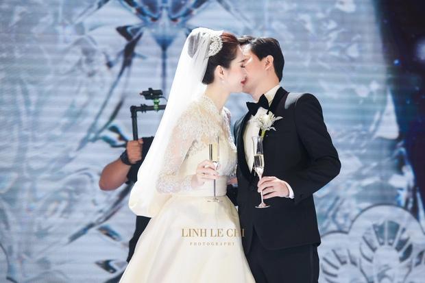 Ảnh đẹp: Đặng Thu Thảo e ấp hôn má chú rể Trung Tín trong ngày trọng đại - Ảnh 4.
