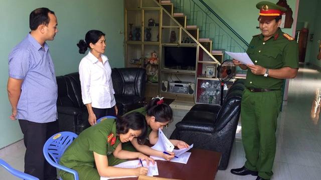 Công an đọc lệnh bắt giữ bà Lê Thị Hồng Loan – Kế toán trưởng ngân hàng Agribank chi nhánh Krông Bông (ảnh cơ quan điều tra)