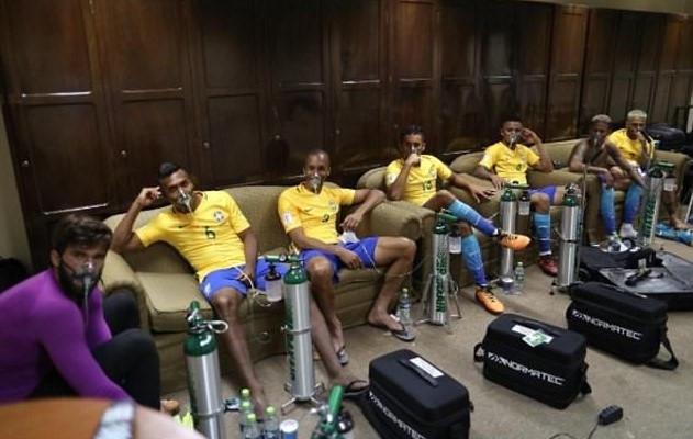 Các cầu thủ Brazil thở bằng mặt nạ oxy sau trận đấu trên sân Bolivia /// Chụp màn hình Instagram