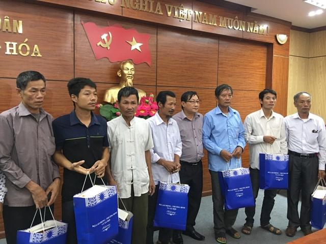 Đại diện Cục Người có công trao quà của Bộ trưởng Bộ LĐ-TB&XH tới thân nhân các liệt sĩ