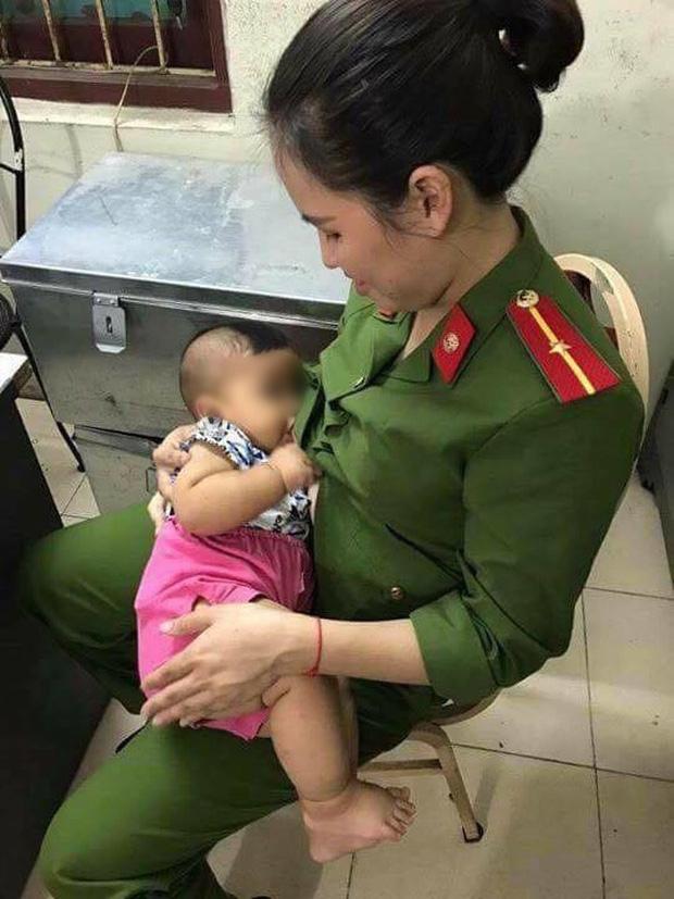 Hà Nội: Bé trai khát sữa bị mẹ bỏ rơi trong nhà nghỉ, nữ công an động lòng cho bú và đưa về nhà chăm sóc - Ảnh 2.