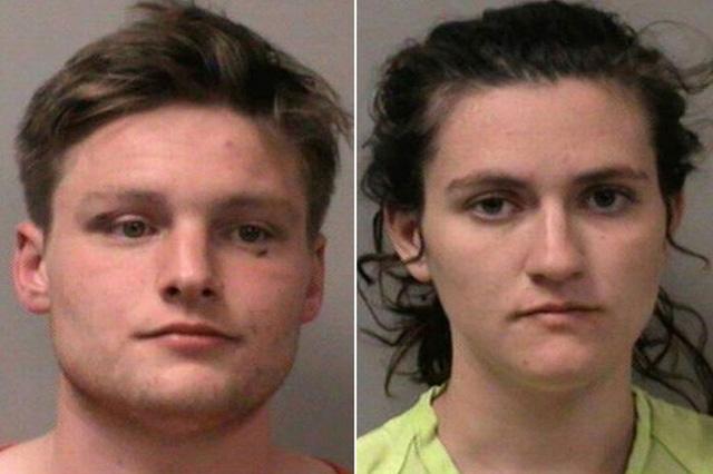 """Cặp đôi """"mây mưa""""  trên xe ô tô bất chấp cảnh sát đến hỏi thăm."""