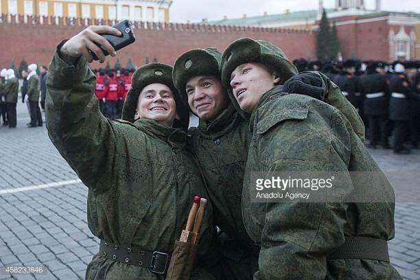 Quân nhân Nga chụp ảnh tự sướng trong lễ duyệt binh ở Moscow tháng 11/2014. (Ảnh: Getty)