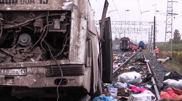 Theo RT, nguyên nhân của vụ tai nạn là do tài xế đã phớt lờ đèn đỏ vượt qua đường ray tàu hỏa và xe buýt đã chết máy khi đang cố băng qua. (Ảnh: Sputnik)