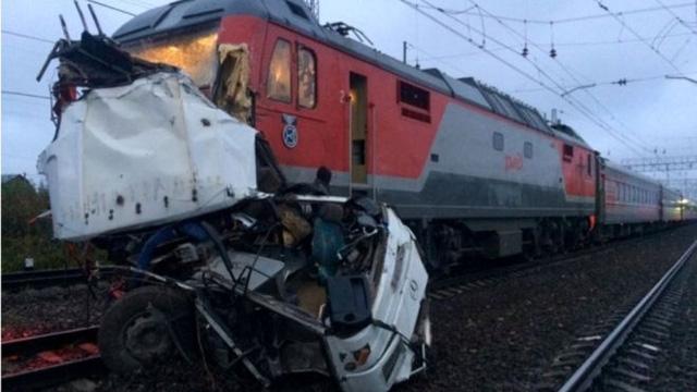 Chiếc xe buýt đã bị xé nát khi bị tàu hỏa đâm trực diện. (Ảnh: Reuters)