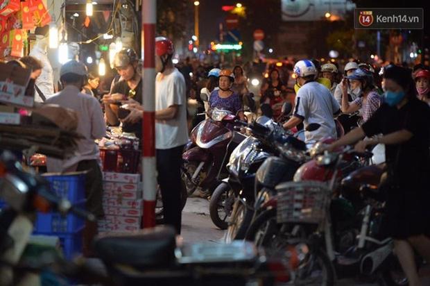 Bánh trung thu đại hạ giá hút khách, người dân xếp hàng mua, xe cộ để tràn lòng đường - Ảnh 1.