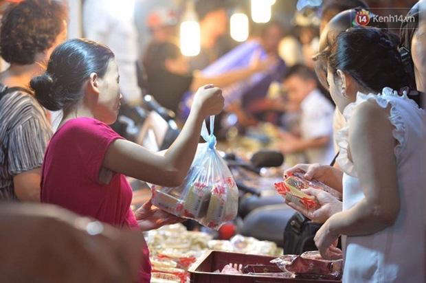 Bánh trung thu đại hạ giá hút khách, người dân xếp hàng mua, xe cộ để tràn lòng đường - Ảnh 3.