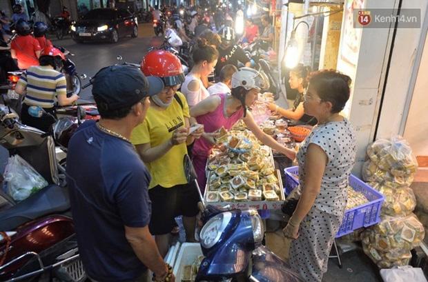Bánh trung thu đại hạ giá hút khách, người dân xếp hàng mua, xe cộ để tràn lòng đường - Ảnh 4.