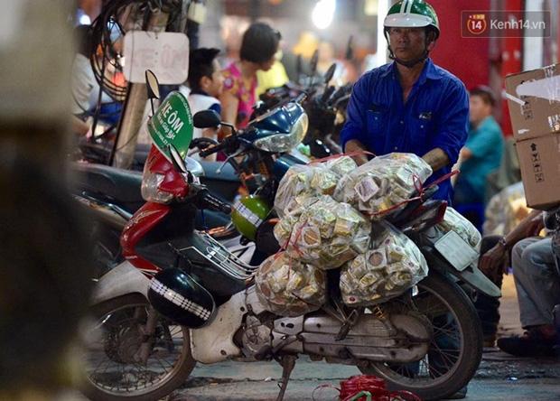 Bánh trung thu đại hạ giá hút khách, người dân xếp hàng mua, xe cộ để tràn lòng đường - Ảnh 6.