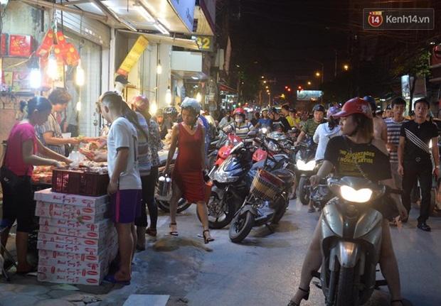 Bánh trung thu đại hạ giá hút khách, người dân xếp hàng mua, xe cộ để tràn lòng đường - Ảnh 7.