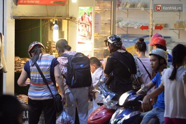 Bánh trung thu đại hạ giá hút khách, người dân xếp hàng mua, xe cộ để tràn lòng đường - Ảnh 10.