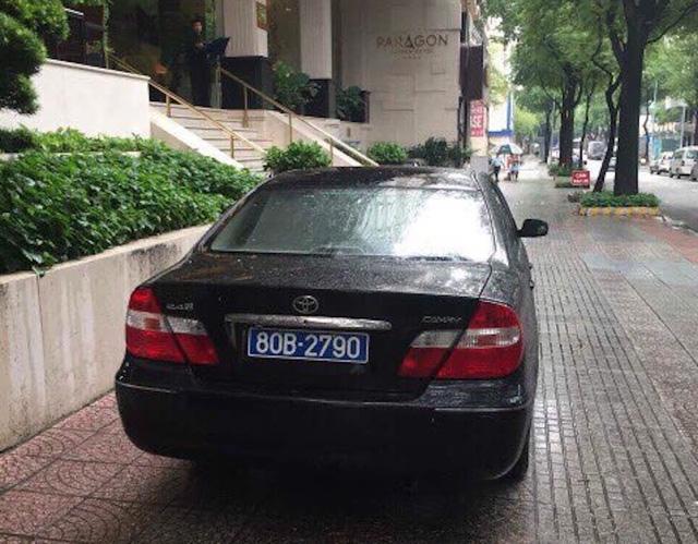 Ô tô biển số xanh 80B đậu trên vỉa hè đường Thi Sách bị ông Hải yêu cầu xử lý sáng nay