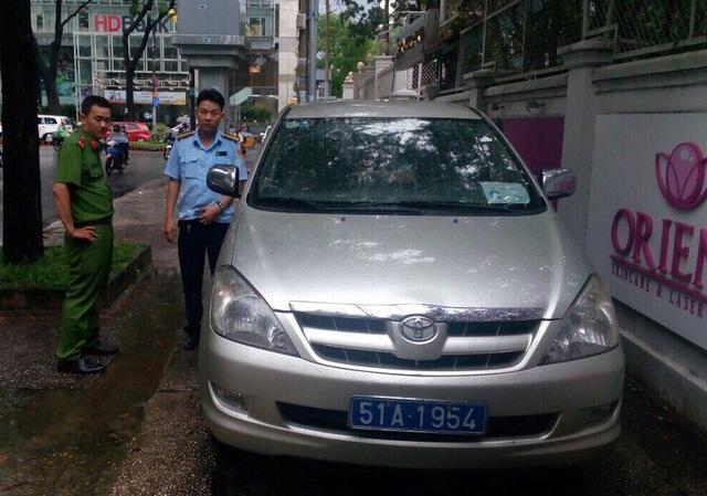 Trước đó mấy ngày, ông Đoàn Ngọc Hải cũng một mình đi bắt xe biển xanh đậu trên vỉa hè đường Phùng Khắc Khoan và gọi lãnh đạo phường điều lực lượng ra xử phạt