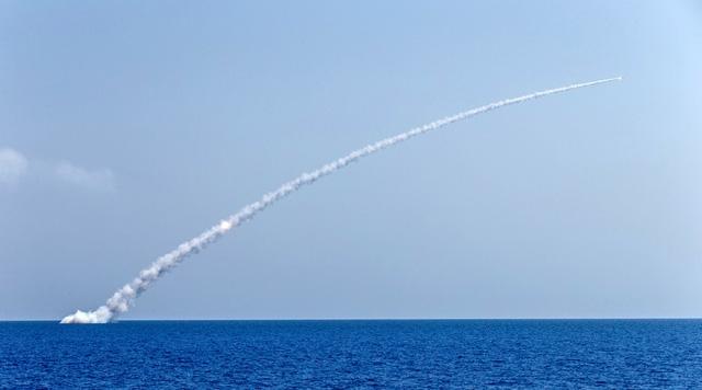 Tàu ngầm Nga phóng tên lửa Kalibr (Ảnh: RT)