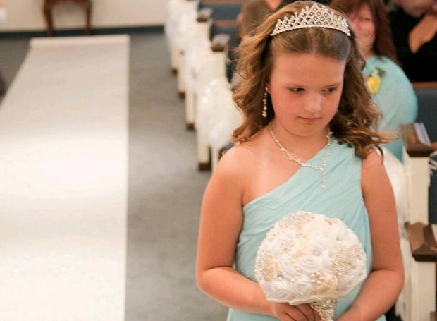 Trong hôn lễ, chú rể bảo cô dâu nhường chỗ cho một người, cô nghẹn ngào đứng sang một bên - Ảnh 2.